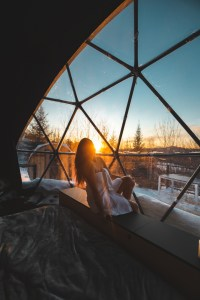 Coucher de soleil dans le dôme Bel Air au Québec en hiver