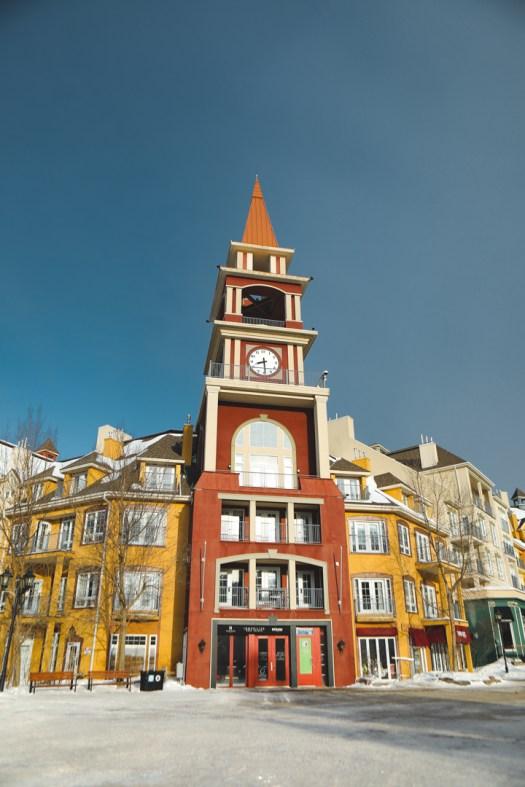 Horloge dans la station du Mont Tremblant au Québec