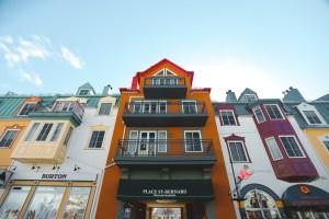 Des boutiques colorées dans la station du Mont Tremblant au Québec