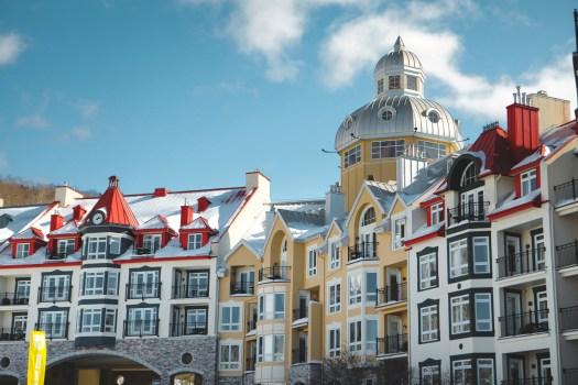 Immeubles colorés dans la station du Mont Tremblant au Québec