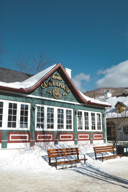 Café d'époque dans la station du Mont Tremblant au Québec en hiver