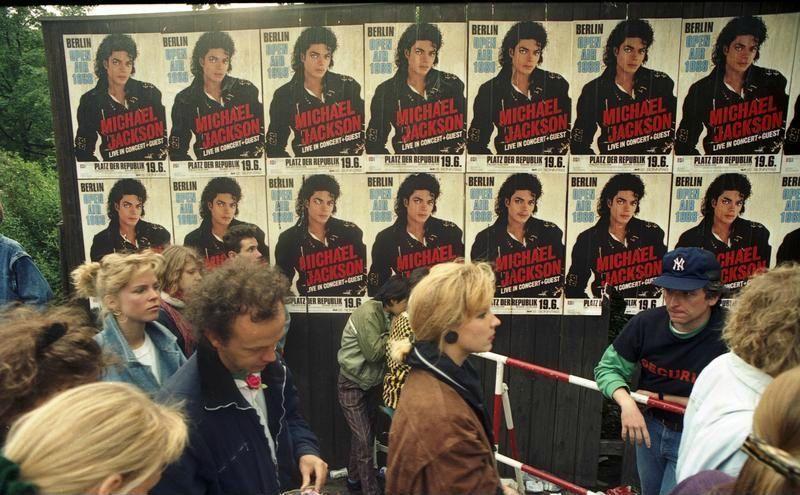 Bundesarchiv_B_145_Bild-F079012-0026,_Berlin,_Michael_Jackson-Konzert,_Wartende