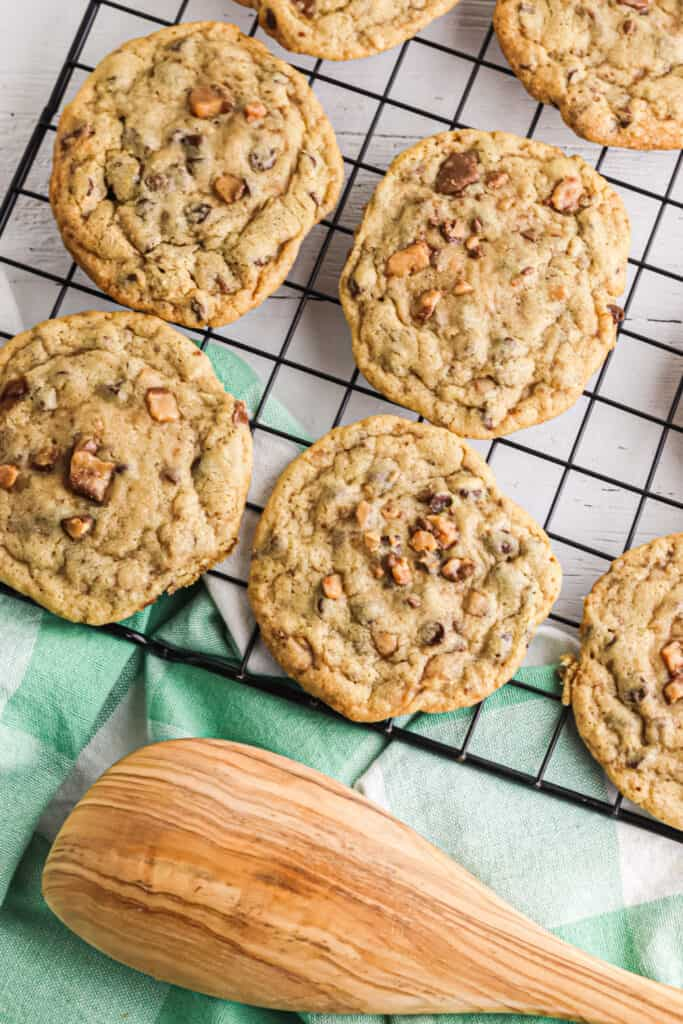 Cookies with toffee bits on a cooling rack
