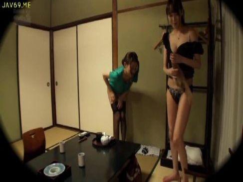 仲良しな美熟女妻が不倫旅行でレズプレイの快感に目覚めてしまう女性用無料動画