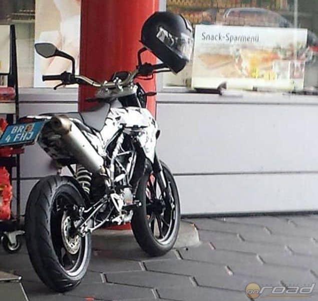 Egy szemfüles rajongó kapta le a KTM 390 Supermotót