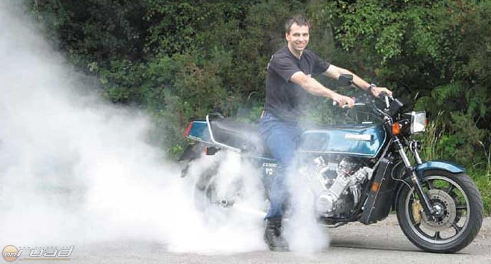 Allen Millyard boldogan füstöli a hátsó gumit