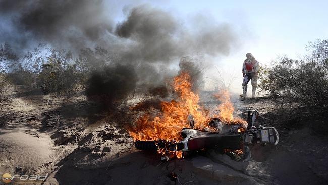 A lángok azonban beborítják a motort, így a versenyzőnek vissza kell vonulnia