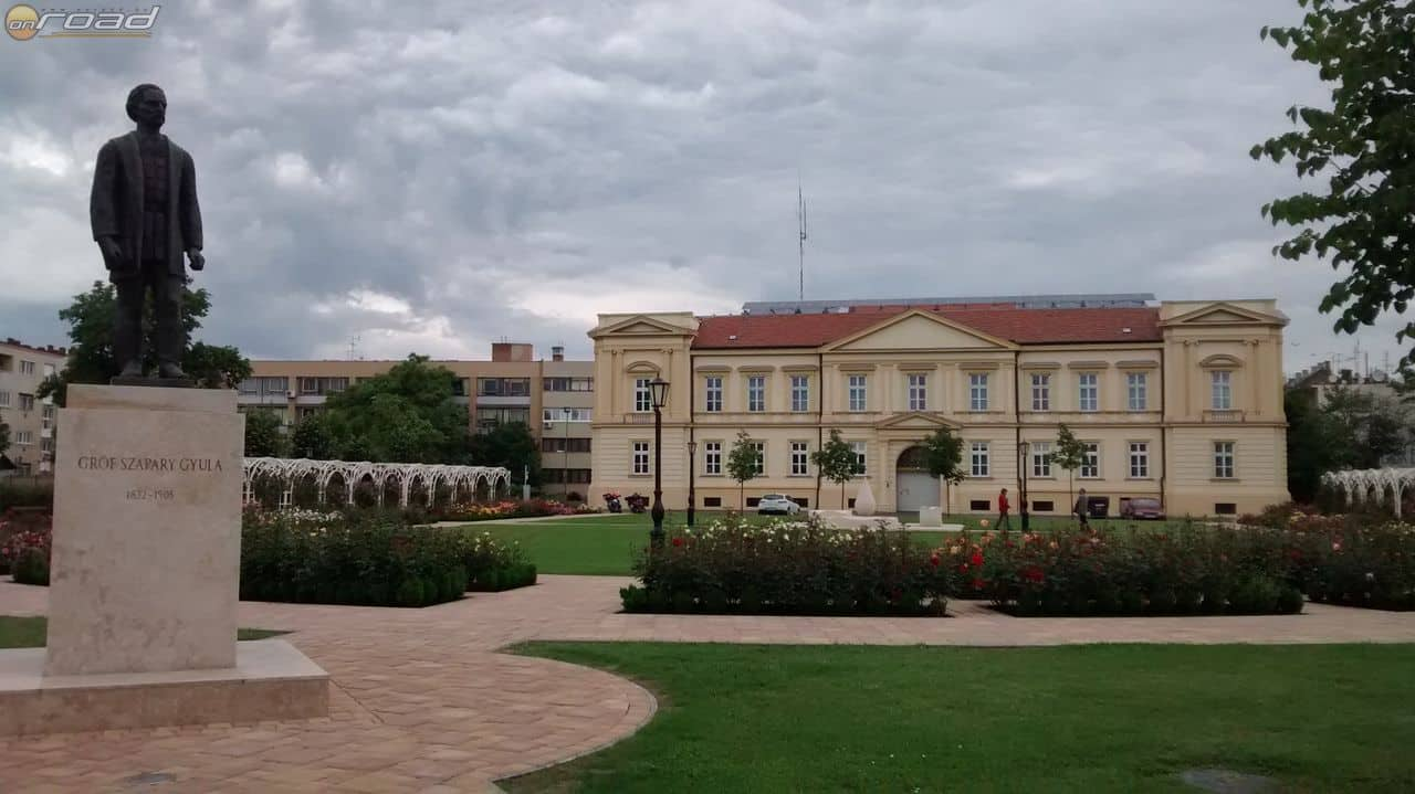 A szolnoki Verseghy park a szoborral