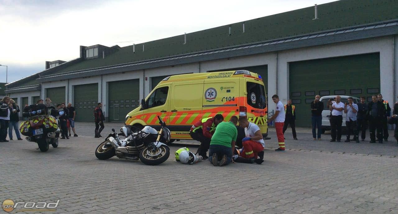 Előkészítik a beteget a mentőautós szállításra