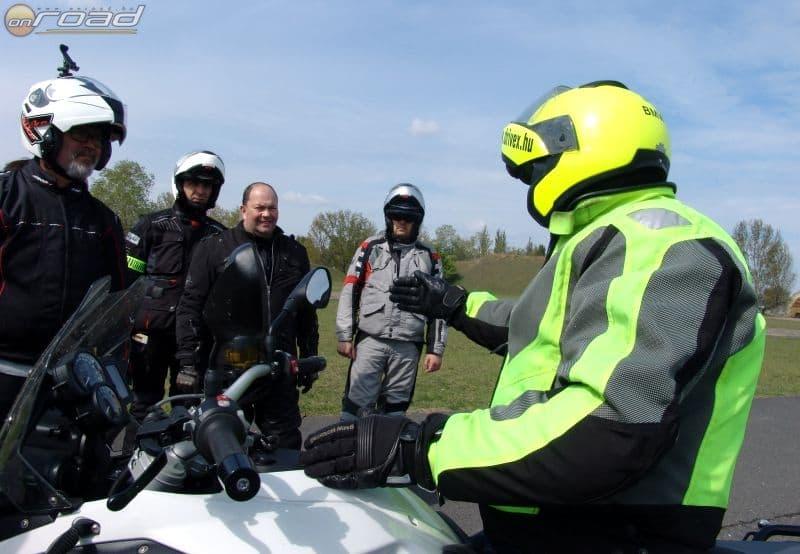 A vezetéstechnikai képzéseken profi instruktorok segítenek a fejlődésben, ellentétben az egyszerű jogosítványszerzéssel
