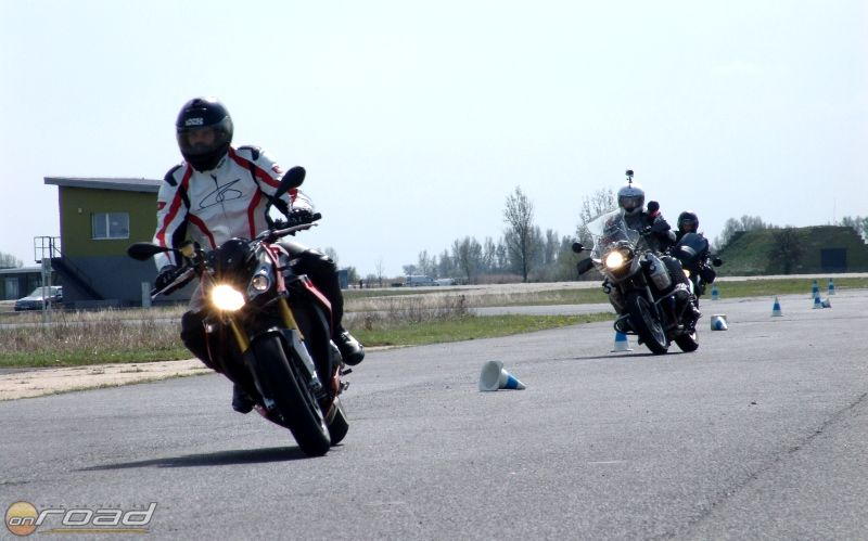A nagy sebességű szlalom és a körforgalom különböző kijárataihoz tartozó ívválasztás is a tananyag részét képezik