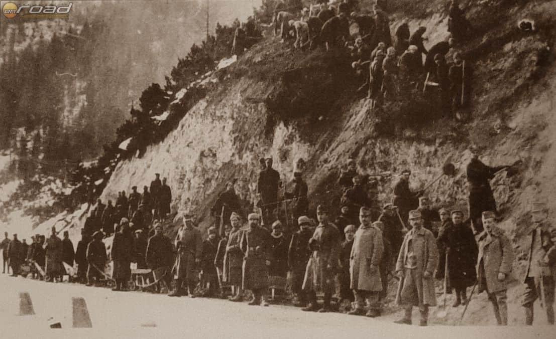 A Vršič hágót orosz hadifoglyok építették az Első Világháború alatt. Nagyon sokan vesztek ott közülük