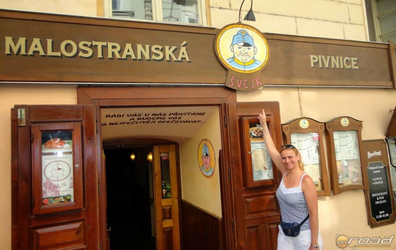 A Svejk étterem a Károly híd tövében. Mesés a csülök és a sör is!