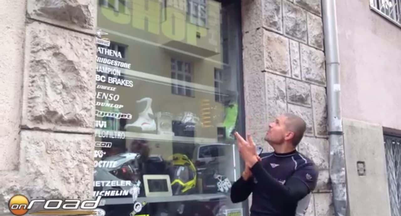 Az üzlet a Vár alatt, az Ostrom utca 29-ben található