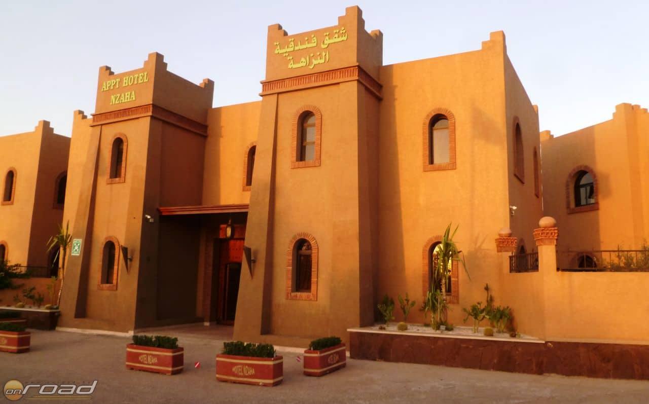 A Hotel Nzaha bejárata naplementekor