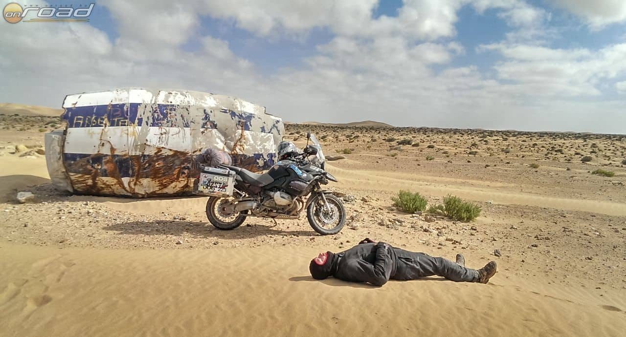 Elhagyott roncs a sivatagban