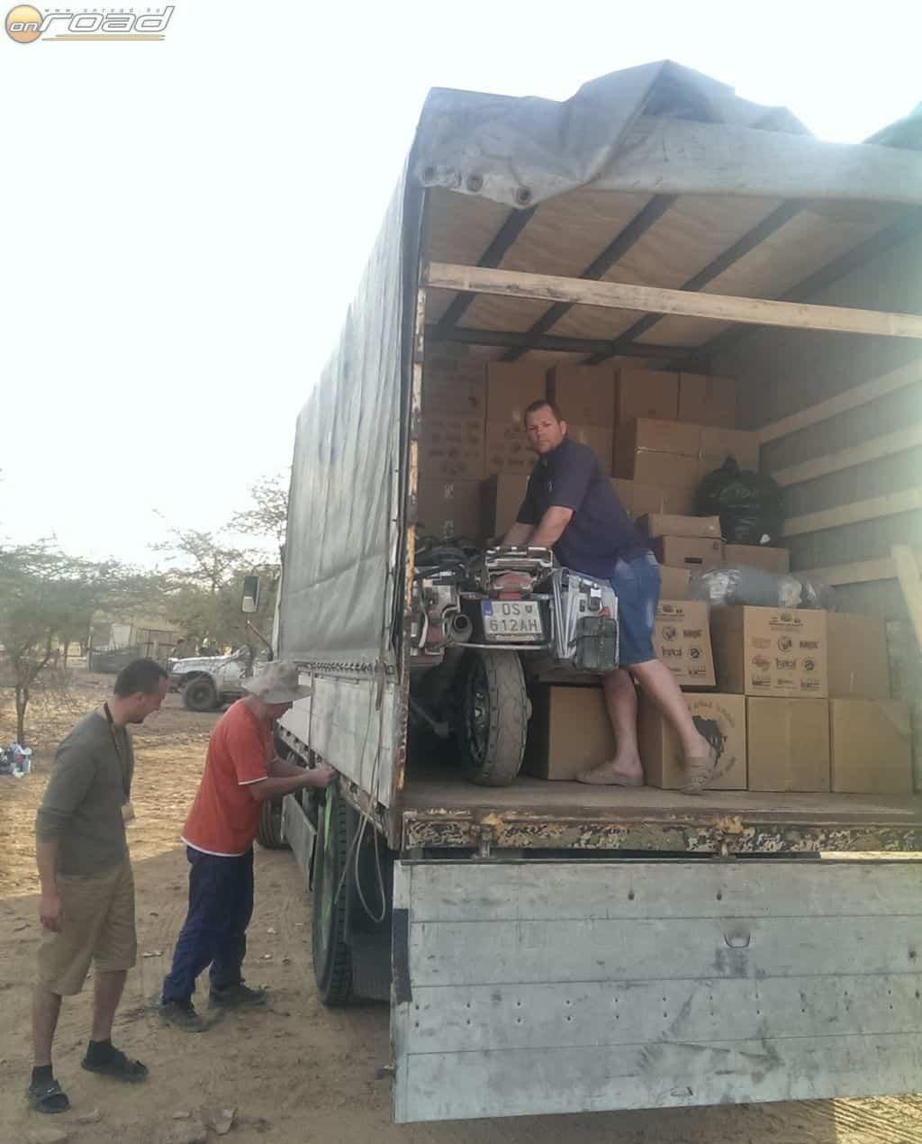 A motor az egyik adományos teherautóban utazott tovább Bamako felé