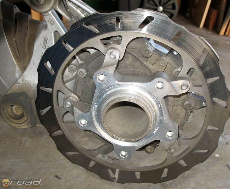 A BMW a kerékagyra illesztett alumínium közdarabot cseréli majdnem négyszázezer motoron