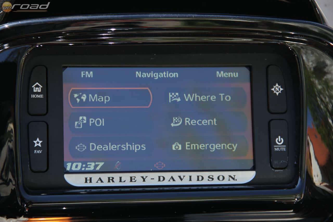 Ez a navigációs menü. Nyomkodhatjuk a képernyőt is, de a két hüvelykujjunknál levő kis joystickkel is mindent meg tudunk oldani. Zseniális!