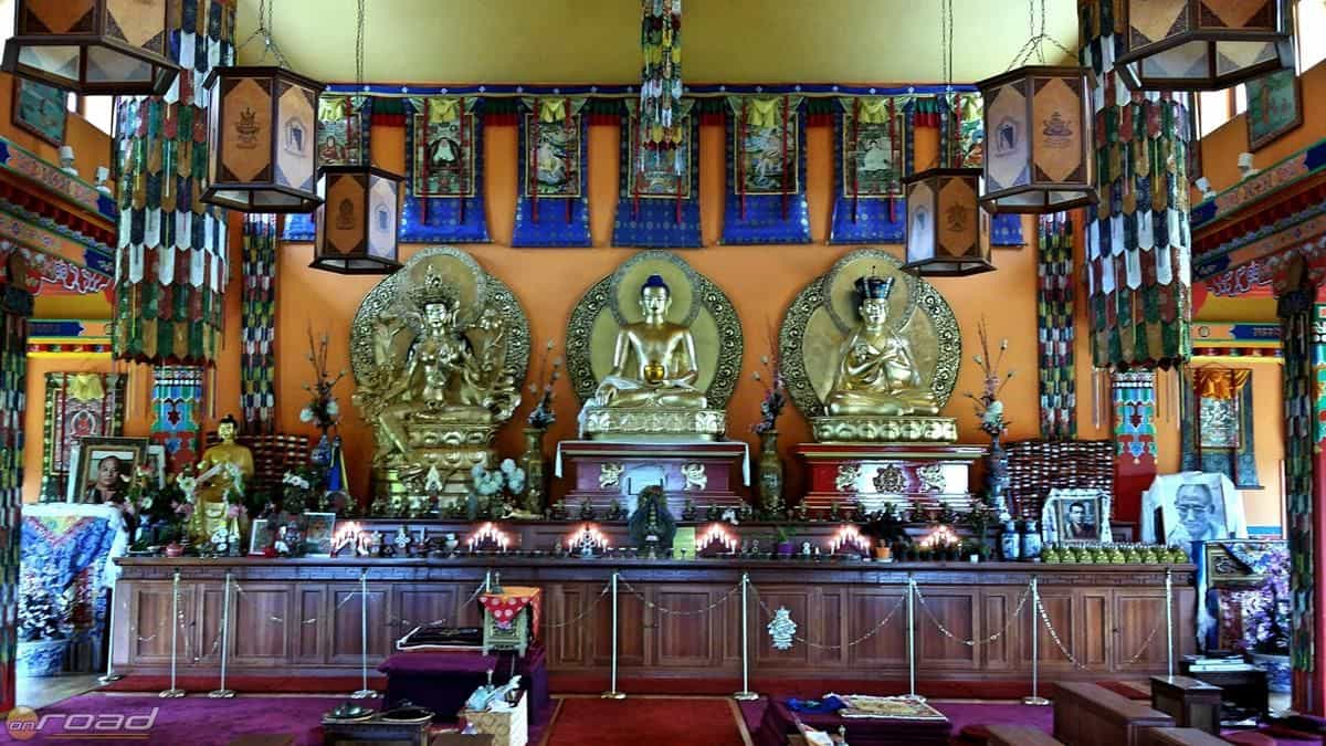 A sztúpa mellett egy buddhista templomot is találunk, ahová a szerzetesek járnak meditálni