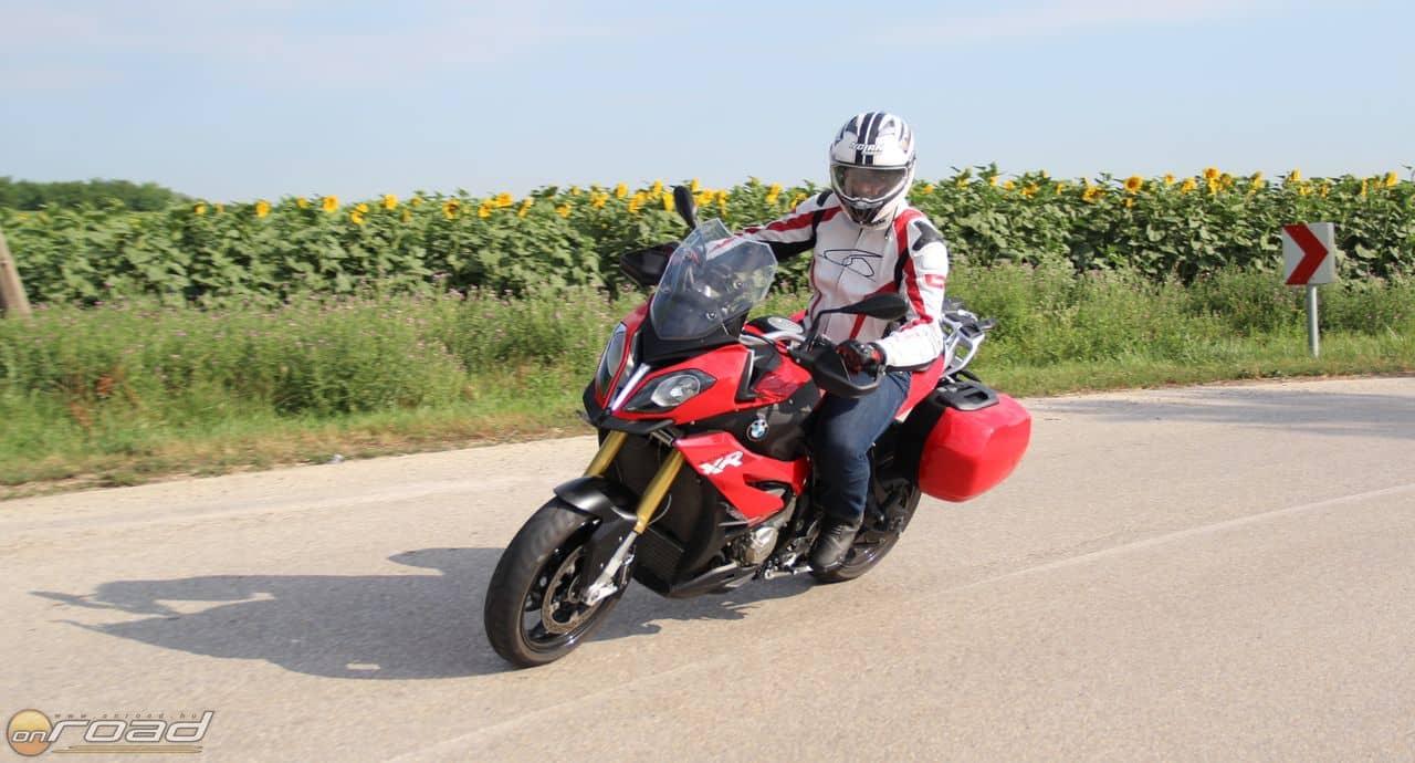 Határozott kezet igényel, de mégis nagyon könnyű vele motorozni. Főleg gyorsan. Minél gyorsabban!