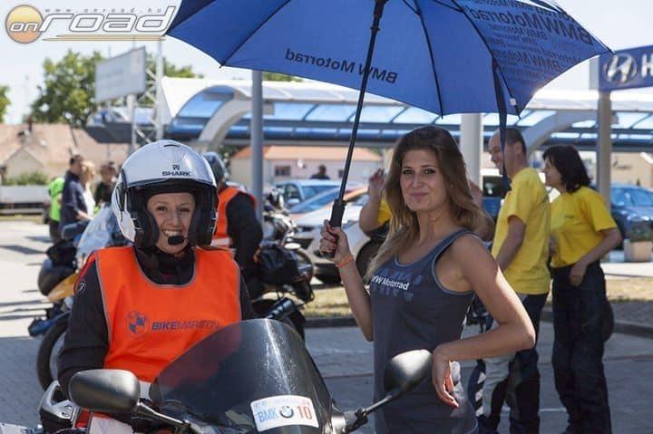 Nekünk is furcsa volt, hogy csajok álltak mellettünk ernyővel, meg szerintem nekik is, hogy nők ülnek mellettük a motorokon. Jövőre kérünk szép szál fiúkat is! (Fotó: Bike Maraton Egyesület)