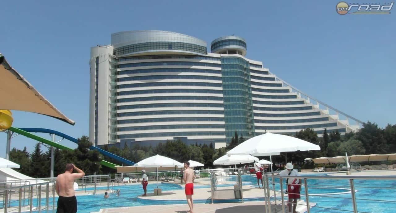 A szálloda az aquapark felől