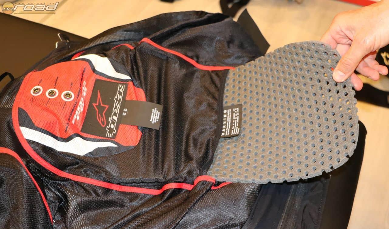 Az Alpinestars kabátokban van zseb a hátprotektornak, de alapkivitelben abban csak egy szivacs van. Hiszen mindenki másképp gondoskodik a gerince védelméről