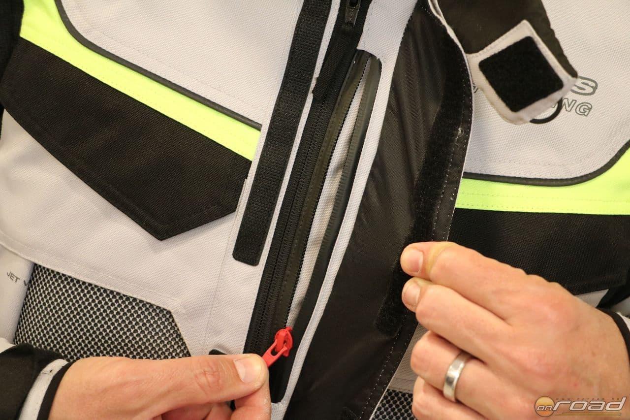 Minden Alpinestars ruhának van egy teljesen vízálló belső zsebe - iratok és telefon ebbe való!