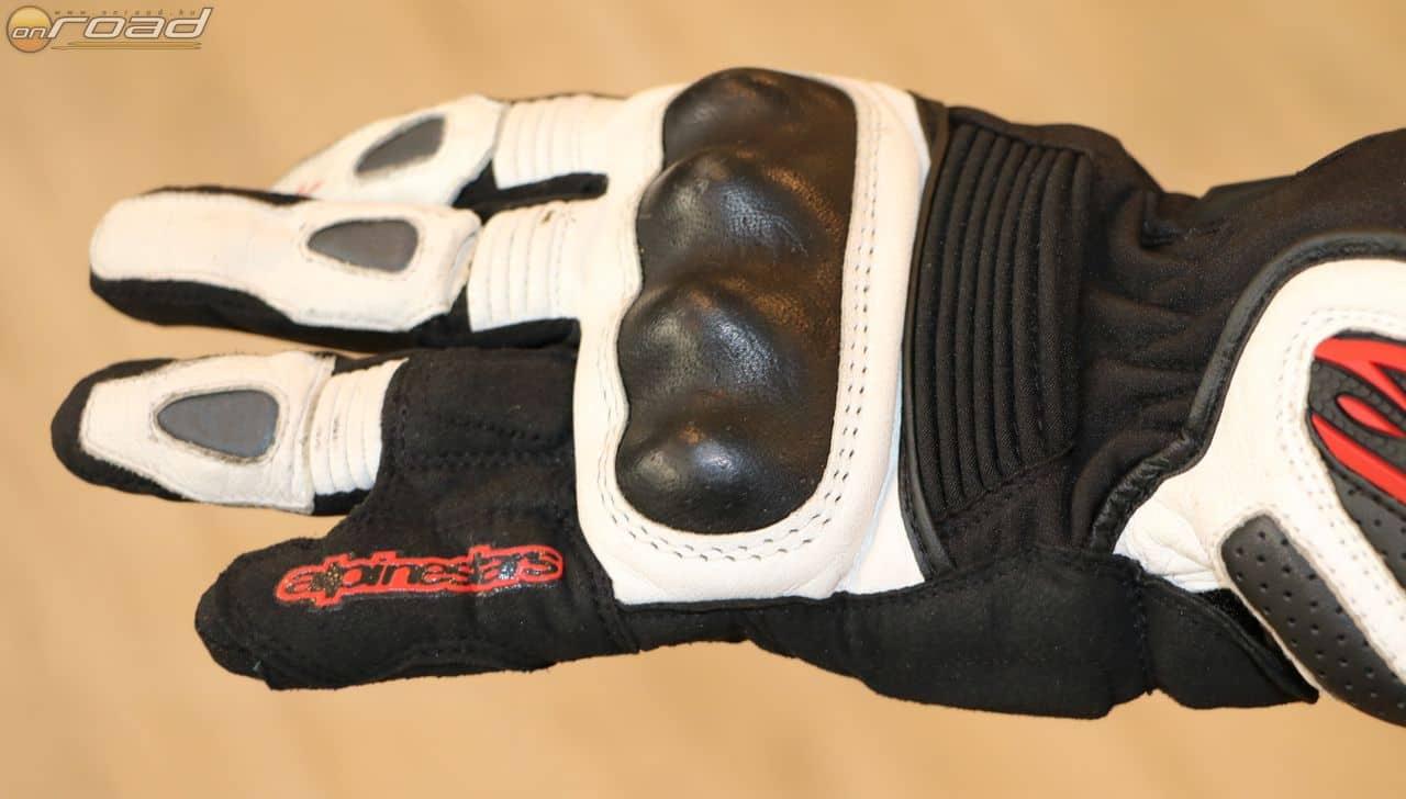 A kézfejet kemény protektor védi, a kisujj kifordulását az összevarrt ujjak igyekeznek megakadályozni