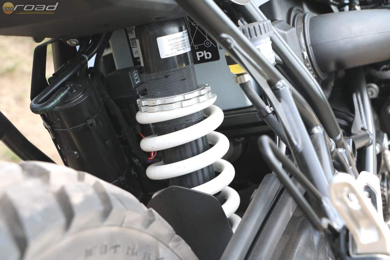 A központi rugóstag előfeszítése is csak két körmös kulccsal állítható. Nem is utasos motor!