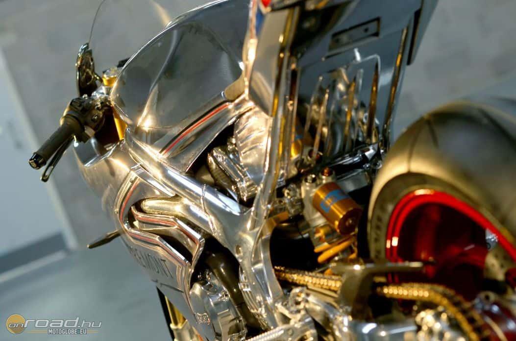 A hátsó Öhlins TTXGP a gyár külön kéréseinek megfelelően készült