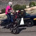 rendor-pisztolyt-fog-az-egykerekezo-motorosra-onroad-2