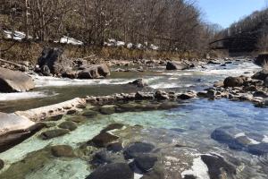 北海道北湯沢にある混浴露天風呂。川のほとりにあってロケーション最高!