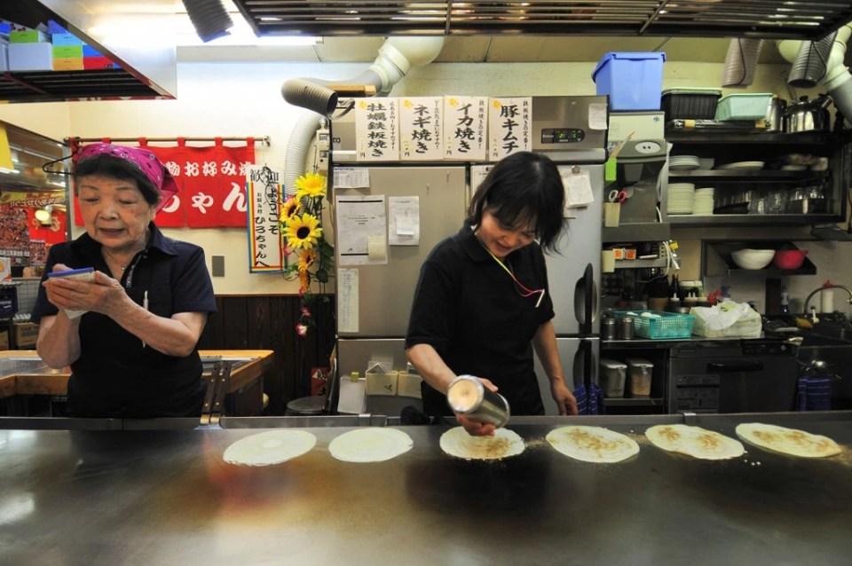 Japon, Chûgoku, Hiroshima, centre ville, restaurant d'okonomi yaki, spécialité local // Japan, Chugoku, Hiroshima, downtown, Okonomi Yaki restaurant, local speciality