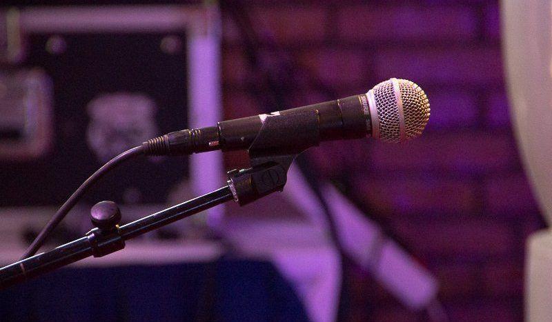 Microfoon op het podium van Lazy Sonnie Afternoon