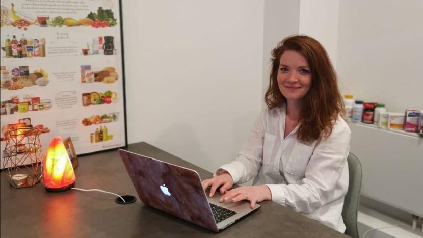 Diëtiste Stance Jansen op haar kantoor