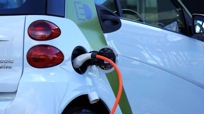 Een voorbeeld van duurzame mobiliteit: een elektrische auto die opgeladen wordt