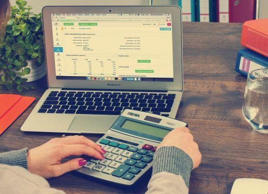 Het gebruik van een rekenmachine bij een laptop