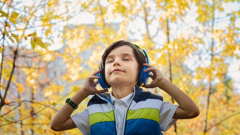 Kind dat luistert naar muziek met een koptelefoon