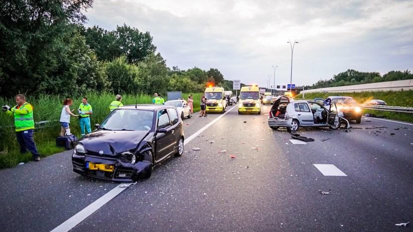 Diverse voertuigen en hulpdiensten op de A50 na het ongeval