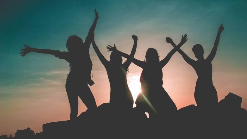 Vier meiden die de meidenmiddagen kunnen bezoeken