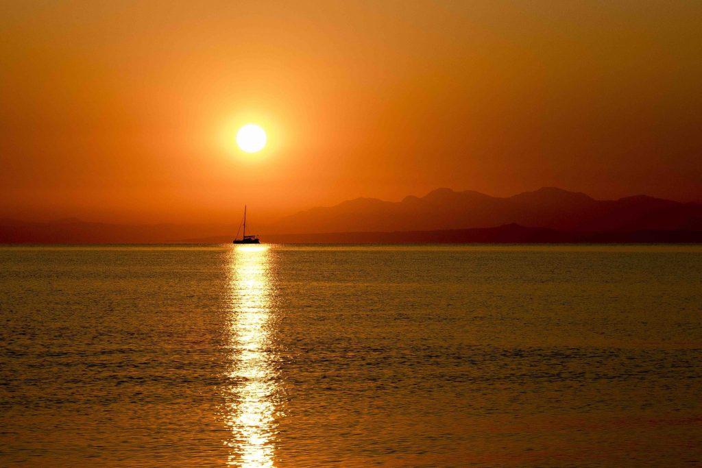 Zonsondergang in de zee zeilboot Evia Griekenland