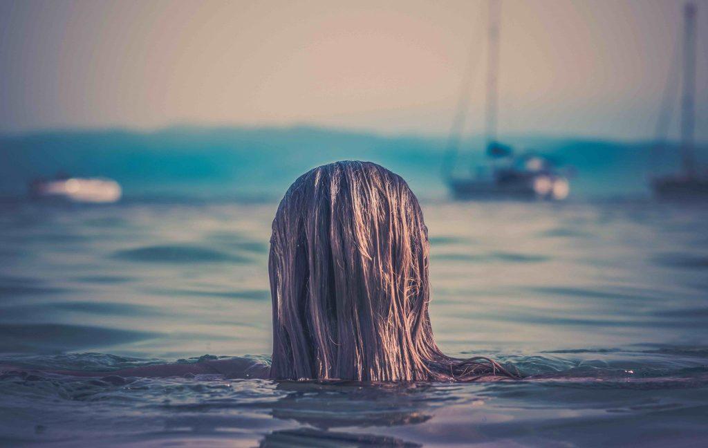 Vrouw zee Zuid Evia Griekenland
