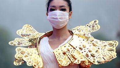 عارضات ازياء صينيات يجبرن على ارتداء الكمامات اثناء العرض خوفا من التلوث!