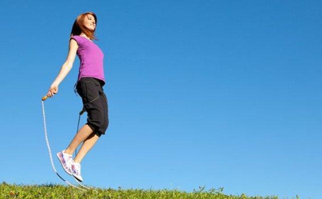 القفز بالحبل رياضة سهلة وفوائدها كثيرة