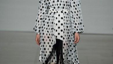 الملابس المطبعة باللون الأبيض والأسود بنقشة بولكا تخطف الأنظار في عروض الأزياء