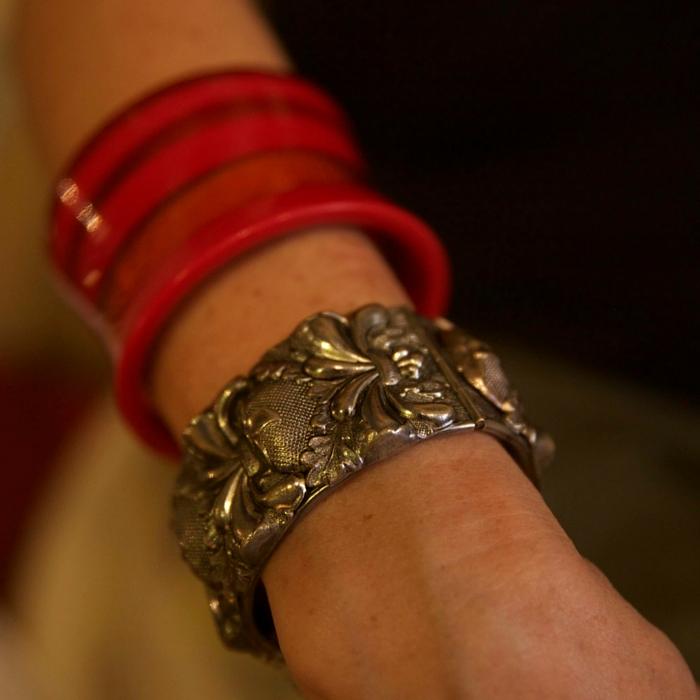 Detalle de la pulsera vintage favorita de Myrna