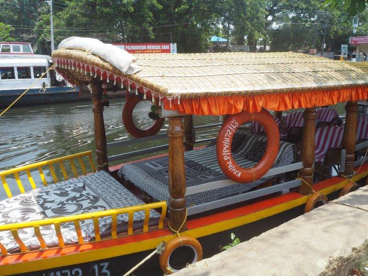 前方にベッドがあるボートをチョイスした