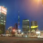 夜の浅草から東京スカイツリーを望む